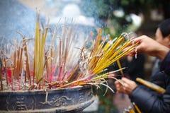 Προσκυνητές που καίνε τα ραβδιά θυμιάματος στο ναό, Ασία Στοκ Εικόνες
