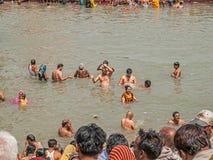 Προσκυνητές που λούζουν σε Haridwar Στοκ Εικόνες