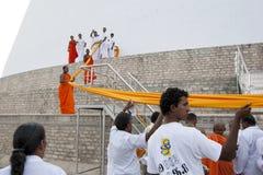 Προσκυνητές σε ένα προσκύνημα σε Ruwanwelisiya Dagoba (Ruvanvelisaya) σε Anuradhapura, Σρι Λάνκα Στοκ Φωτογραφία