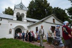 Προσκυνητές στη μονή Vvedensky Tolga Μονή της Tolga Vvedensky Ορθόδοξο μοναστήρι γυναικών ` s σε Yaroslavl στην αριστερή τράπεζα  Στοκ φωτογραφία με δικαίωμα ελεύθερης χρήσης