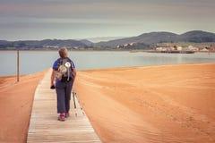 Προσκυνητής που περπατά για να πιάσει το σκάφος που σας μετέφερε σε Santoï ¿ ½ Στοκ Εικόνες