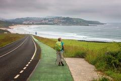 Προσκυνητής που περπατά προς SAN Vicente de Λα Barquera, Cantabria, S Στοκ Εικόνες