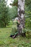Προσκυνητής στην παλαιά σημύδα στο αρχαίο άλσος κέδρων του ιερού - μοναστήρι Vvedensky Tolga Στοκ εικόνες με δικαίωμα ελεύθερης χρήσης