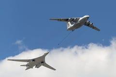 Προσομοίωση κατά την πτήση να ανεφοδιάσει σε καύσιμα τα αεροσκάφη IL-78 και TU-160 Στοκ Εικόνα