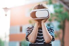 Προσομοίωση προσοχής αγοριών στην εικονική πραγματικότητα googles Στοκ Φωτογραφία