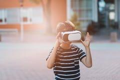Προσομοίωση προσοχής αγοριών στην εικονική πραγματικότητα googles Στοκ φωτογραφία με δικαίωμα ελεύθερης χρήσης