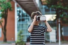 Προσομοίωση προσοχής αγοριών στην εικονική πραγματικότητα googles Στοκ Εικόνες