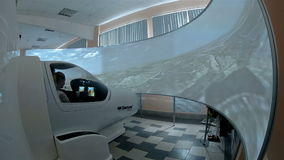 Προσομοιωτής για την κατάρτιση των πιλότων Το αμάξι και η μεγάλη οθόνη απόθεμα βίντεο