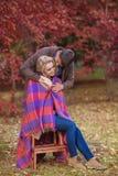 Προσοχές ανδρών αγάπης για τη γυναίκα του το φθινόπωρο Στοκ φωτογραφία με δικαίωμα ελεύθερης χρήσης