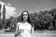 Προσοχές κοριτσιών για την υδάτωση σωμάτων κατά τη διάρκεια του workout Η διψασμένη γυναίκα κρατά το μπουκάλι νερό Δίψα και έννοι στοκ φωτογραφία με δικαίωμα ελεύθερης χρήσης