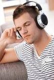 Προσοχές μουσικής ακούσματος νεαρών άνδρων ιδιαίτερες Στοκ φωτογραφία με δικαίωμα ελεύθερης χρήσης