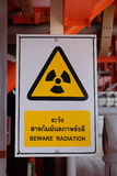 Προσοχή ακτινοβολίας στον πολυ μετρητή ροής φάσης στην πλατφόρμα πετρελαίου και φυσικού αερίου Στοκ φωτογραφία με δικαίωμα ελεύθερης χρήσης
