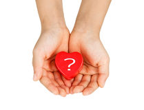 Προσοχή καρδιών, ιατρική έννοια Καρδιά στα χέρια ενός παιδιού Απομονωμένος στο λευκό Στοκ Φωτογραφία
