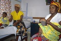 Προσοχή μητέρων στο κενυατικό νοσοκομείο Στοκ Εικόνες