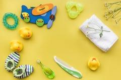 Προσοχή μωρών με το σύνολο, τους νεοσσούς και την πετσέτα λουτρών στο κίτρινο πρότυπο άποψης υποβάθρου τοπ Στοκ φωτογραφίες με δικαίωμα ελεύθερης χρήσης
