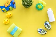 Προσοχή μωρών με το σύνολο, τους νεοσσούς και την πετσέτα λουτρών στο κίτρινο πρότυπο άποψης υποβάθρου τοπ Στοκ Εικόνες