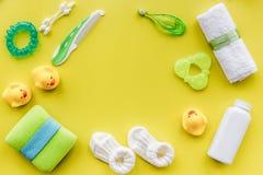 Προσοχή μωρών με το σύνολο, τους νεοσσούς και την πετσέτα λουτρών στο κίτρινο πρότυπο άποψης υποβάθρου τοπ Στοκ εικόνα με δικαίωμα ελεύθερης χρήσης