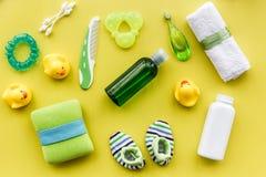 Προσοχή μωρών με το σύνολο, τους νεοσσούς και την πετσέτα λουτρών στο κίτρινο σχέδιο άποψης υποβάθρου τοπ Στοκ εικόνα με δικαίωμα ελεύθερης χρήσης
