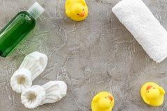 Προσοχή μωρών με το σύνολο, τους νεοσσούς και την πετσέτα λουτρών στο γκρίζο πρότυπο άποψης υποβάθρου τοπ Στοκ Εικόνα