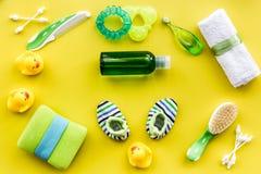 Προσοχή μωρών με το σύνολο, τους νεοσσούς και την πετσέτα λουτρών στο κίτρινο σχέδιο άποψης υποβάθρου τοπ Στοκ Εικόνες