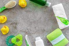 Προσοχή μωρών με το σύνολο, τους νεοσσούς και την πετσέτα λουτρών στο γκρίζο πρότυπο άποψης υποβάθρου τοπ Στοκ εικόνα με δικαίωμα ελεύθερης χρήσης