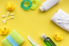 Προσοχή μωρών με το σύνολο, τους νεοσσούς και την πετσέτα λουτρών στο κίτρινο πρότυπο άποψης υποβάθρου τοπ Στοκ Φωτογραφία