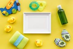 Προσοχή μωρών με το σύνολο, το πλαίσιο, τους νεοσσούς και την πετσέτα λουτρών στο κίτρινο πρότυπο άποψης υποβάθρου τοπ Στοκ εικόνα με δικαίωμα ελεύθερης χρήσης
