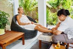 Προσοχή σωμάτων SPA Μασάζ ποδιών Γυναίκα στο σαλόνι Επεξεργασία Skincare Στοκ Φωτογραφίες