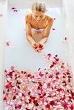 Προσοχή σώματος γυναικών Η SPA αυξήθηκε επεξεργασία λουτρών λουλουδιών, Aromatherapy Στοκ φωτογραφία με δικαίωμα ελεύθερης χρήσης
