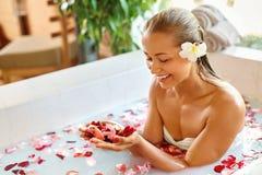 Προσοχή σώματος γυναικών Η SPA αυξήθηκε επεξεργασία λουτρών λουλουδιών, Aromatherapy Στοκ Φωτογραφίες