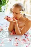 Προσοχή σώματος γυναικών Η SPA αυξήθηκε επεξεργασία λουτρών λουλουδιών, Aromatherapy Στοκ Φωτογραφία