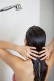Προσοχή τριχώματος γυναίκα πλύσης ντους τρι& Στοκ Εικόνες