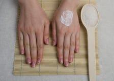 Προσοχή χεριών γυναικών με ένα άλας θάλασσας Στοκ Εικόνες