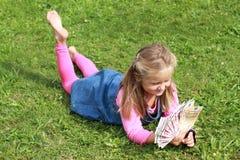 προσοχή χρημάτων κοριτσιών Στοκ φωτογραφία με δικαίωμα ελεύθερης χρήσης