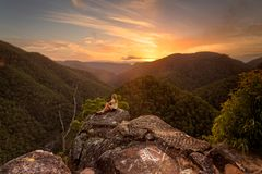 Προσοχή sunsets στα μπλε βουνά στοκ φωτογραφία με δικαίωμα ελεύθερης χρήσης