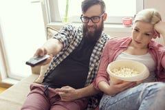 προσοχή TV ζευγών Στοκ φωτογραφίες με δικαίωμα ελεύθερης χρήσης