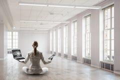 Προσπάθεια να βρεθεί η ισορροπία Μικτά μέσα Στοκ φωτογραφία με δικαίωμα ελεύθερης χρήσης
