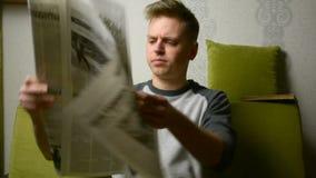 Προσπάθεια να διαβαστεί η εφημερίδα λόγω του πολύ μεγάλου σχήματος ζητήματος τεχνολογίας εγγράφου παλαιού απόθεμα βίντεο