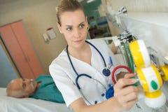 Προσποίηση να είναι νοσοκόμα Στοκ εικόνες με δικαίωμα ελεύθερης χρήσης