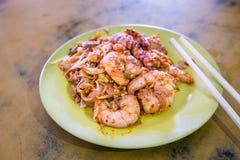 Προσροφητικός άνθρακας Kuey Teow Penang ή τηγανισμένο νουντλς με τις μεγάλες γαρίδες Στοκ Φωτογραφία