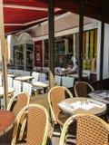 Προστάτης καφέδων που γράφει, Παρίσι Γαλλία Στοκ φωτογραφία με δικαίωμα ελεύθερης χρήσης