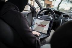 Προστασία αυτοκινήτων αφοπλισμού κλεφτών αυτοκινήτων με το φορητό προσωπικό υπολογιστή Στοκ φωτογραφία με δικαίωμα ελεύθερης χρήσης