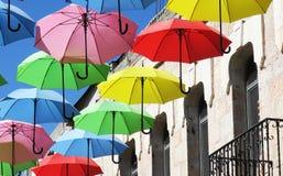 Προστασία για μια βροχερή ημέρα με τις πετώντας ομπρέλες σε ένα φεστιβάλ θερινών οδών στοκ εικόνες