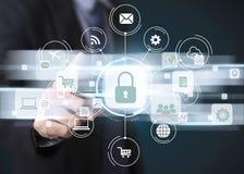 Προστασία δεδομένων κουμπιών συμπίεσης χεριών επιχειρηματιών Στοκ Εικόνα