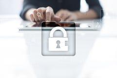 Προστασία δεδομένων, ασφάλεια Cyber, ασφάλεια πληροφοριών απομονωμένο έννοια λευκό τεχνολογίας Στοκ Φωτογραφία