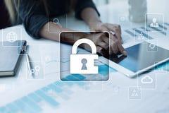 Προστασία δεδομένων, ασφάλεια Cyber, ασφάλεια πληροφοριών απομονωμένο έννοια λευκό τεχνολογίας Στοκ φωτογραφία με δικαίωμα ελεύθερης χρήσης