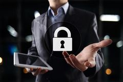 Προστασία Cyber, προστασία δεδομένων, ασφάλεια πληροφοριών και κρυπτογράφηση τεχνολογία Διαδικτύου και επιχειρησιακή έννοια στοκ εικόνα