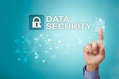 Προστασία Cyber, προστασία δεδομένων, ασφάλεια πληροφοριών και κρυπτογράφηση τεχνολογία Διαδικτύου και επιχειρησιακή έννοια στοκ φωτογραφία με δικαίωμα ελεύθερης χρήσης