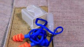 Προστατευτικά λειτουργώντας burlap γάντια και earplugs στην περιστρεφόμενη επιφάνεια απόθεμα βίντεο