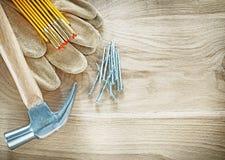 Προστατευτικά καρφιά σφυριών μετρητών γαντιών ξύλινα στο ξύλινο αντίγραφο s πινάκων Στοκ φωτογραφίες με δικαίωμα ελεύθερης χρήσης